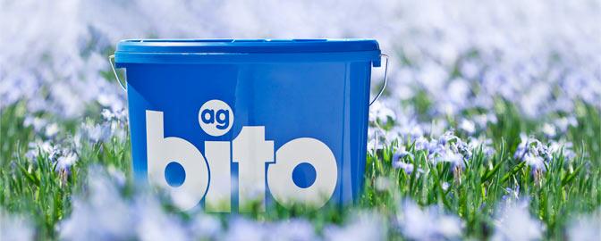 bito-Eimer im Blumenbeet